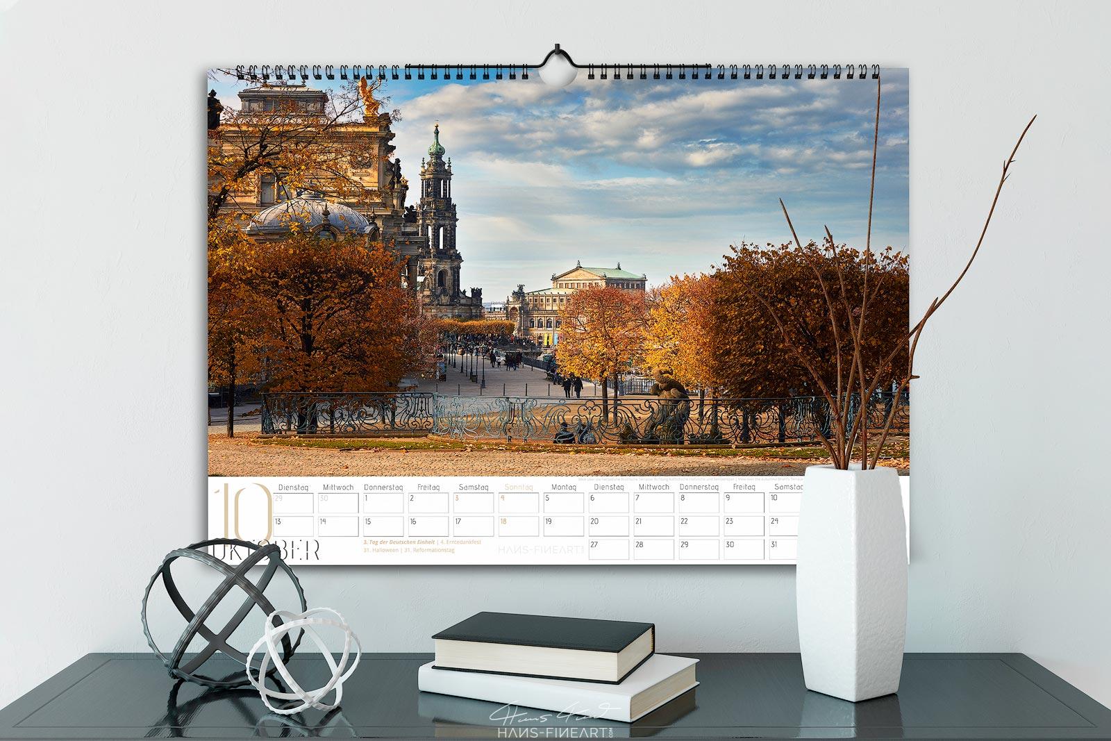 Monatsbild Oktober vom Wandkalender Dresden Im Wandel der Jahreszeiten 2020. Blick entlang der Brühlschen Terrasse Richtung Hofkirche und Semperoper.